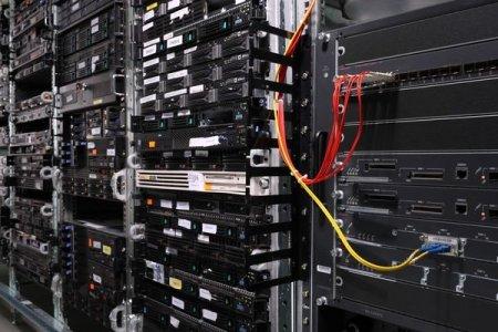 Много серверов на стойках. Серверные шкафы